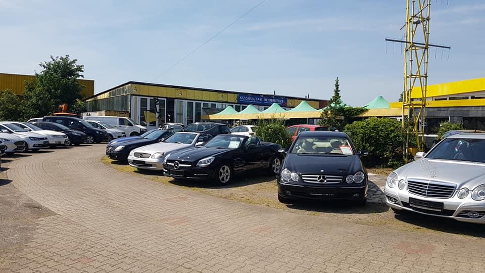 Man sieht den Fahrzeughof vom Auto-Center Mikfeld in Gelsenkirchen. Es sehen viele verschiedene Fahrzeuge auf dem Platz, welcher sich in Gelsenkirchen befindet